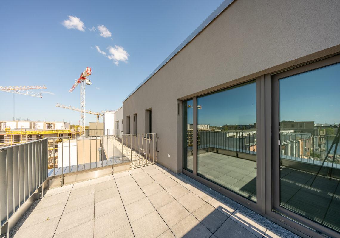 Dachterrasse mit großer Glastür an der Waterkant