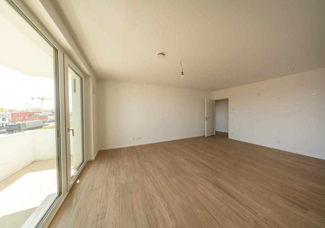 Großes Zimmer mit Laminatboden an der Waterkant