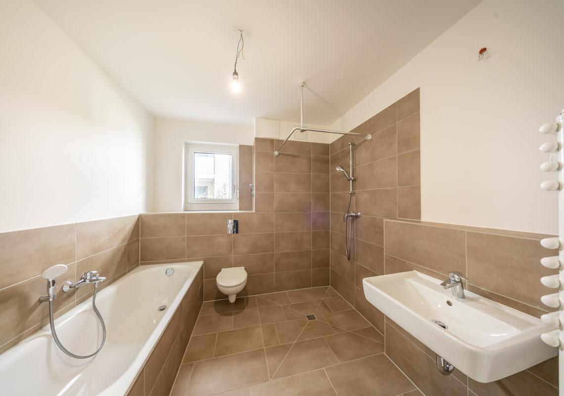 Bad mit Wanne und Dusche in WATERKANT Wohnung
