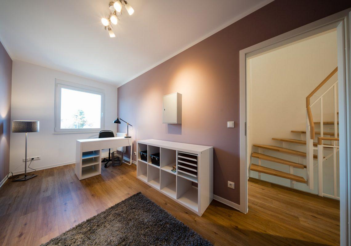 Eingerichtetes Wohnzimmer in einem der neuen Einfamilienhäuser in Falkenberg