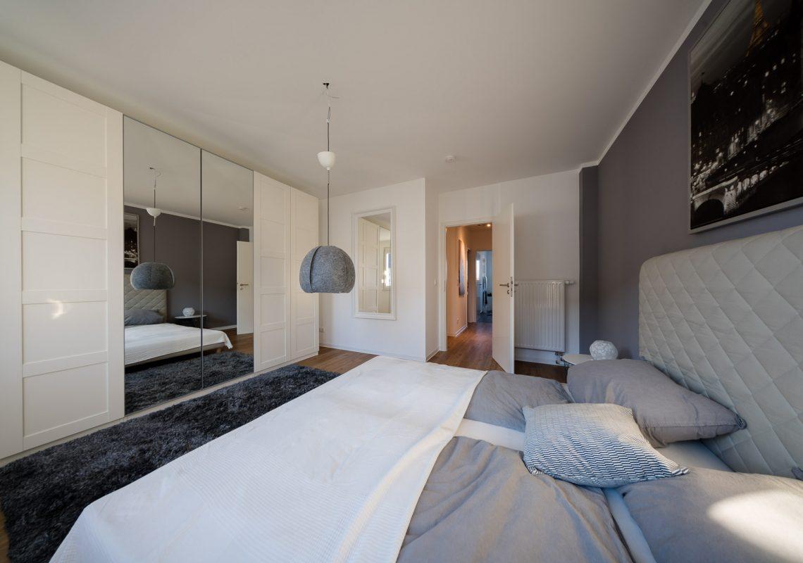 Großes Schlafzimmer und Flur im Einfamilienhaus in Falkenberg