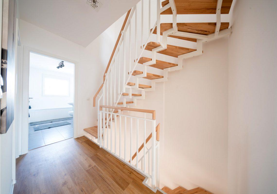 Treppe aus Holz für neue Einfamilienhäuser in Falkenberg