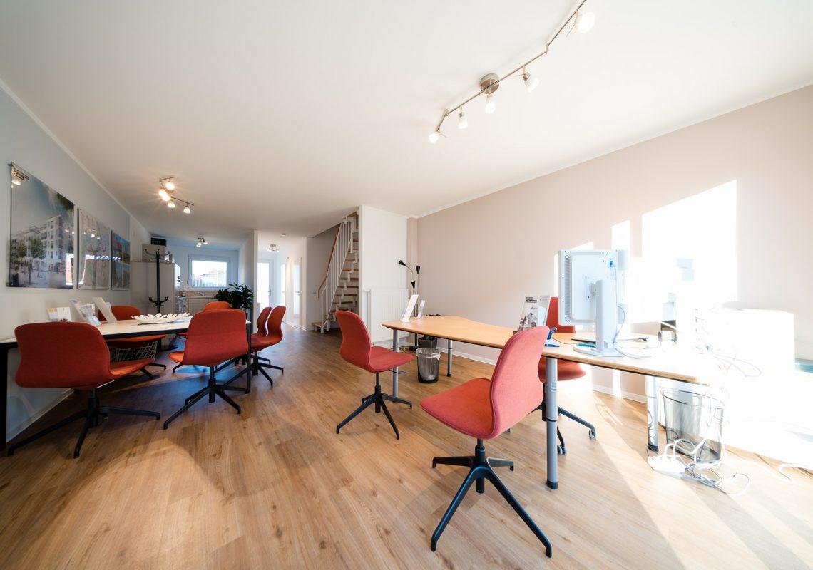 Bürostühle und Tisch im Musterhaus für neue Einfamilienhäuser in Falkenberg