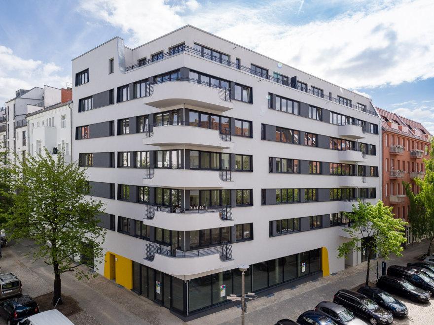 Das fertige Haus Bernhard-Lichtenberg-Straße 4 A. Das Haus hat weiße Wände und sieht sehr modern aus.