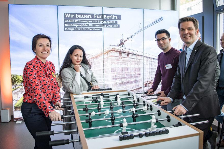 Studenten & Projektbegleiter des Neubaus der Studentenwohnung am Kickertisch