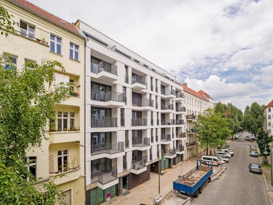 Blick auf den Neubau und die Jablonskistraße