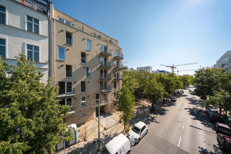 Blick auf die Fassade vom Neubau und die Kurfürstenstraße