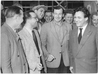 DDR-Stararchitekt Hermann Henselmann (rechts) am 15. September 1954 auf der Baustelle am Ostseeplatz, Bundesarchiv
