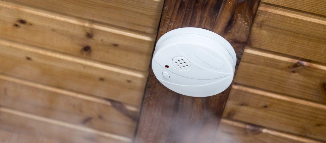 Rauchmelder an der Decke als unsichtbarer Brandschutz
