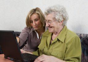 jüngere Frau hat ein Ehrenamt und hilft älterer Frau