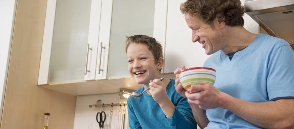 lachender Vater und Sohn als Symbol für gesundes Wohnen