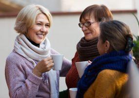 Frauen reden über Hausordnung