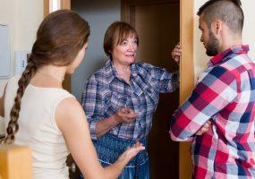 Konfliktberatung mit Nachbarn an der Wohnungstür