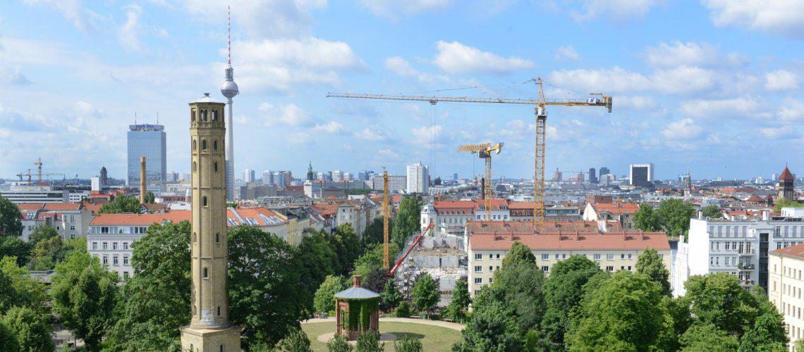 Baukräne zum Bau von Wohnungen nach der Kooperationsvereinbarung