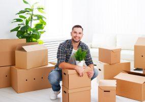 Mann in der neuen Wohnung des Mietvertrags