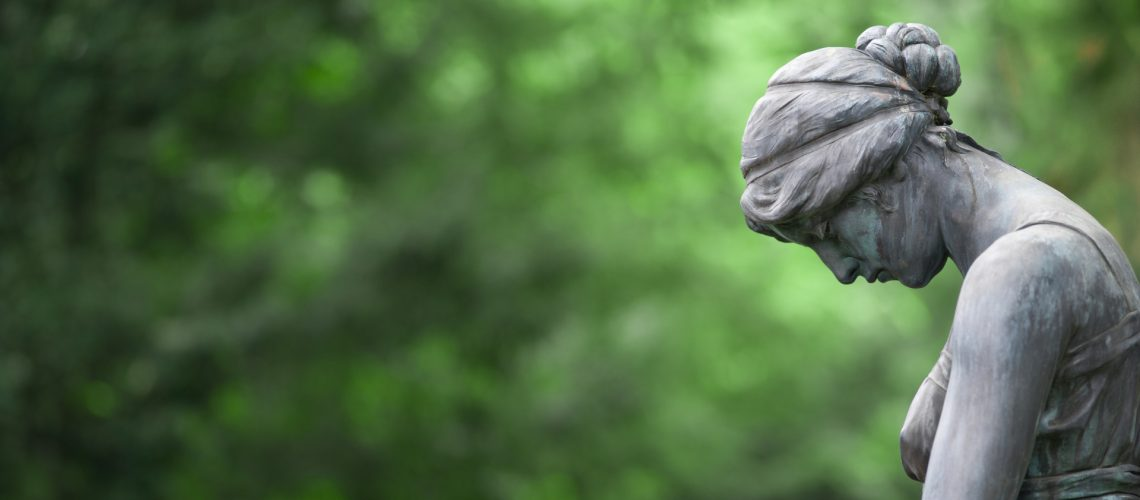 Trauernde Statue beim Tod eines Mieters