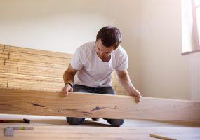 Mann verschönert Wohnung durch Umbauten