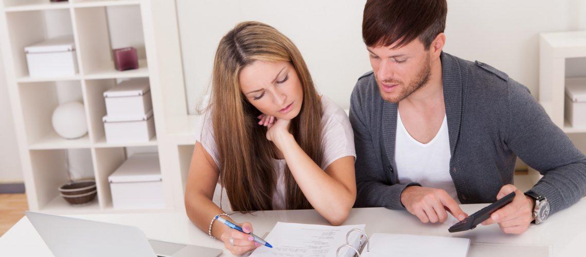 Frau und Mann Prüfen Voraussetzungen für einen Wohnberechtigungsschein