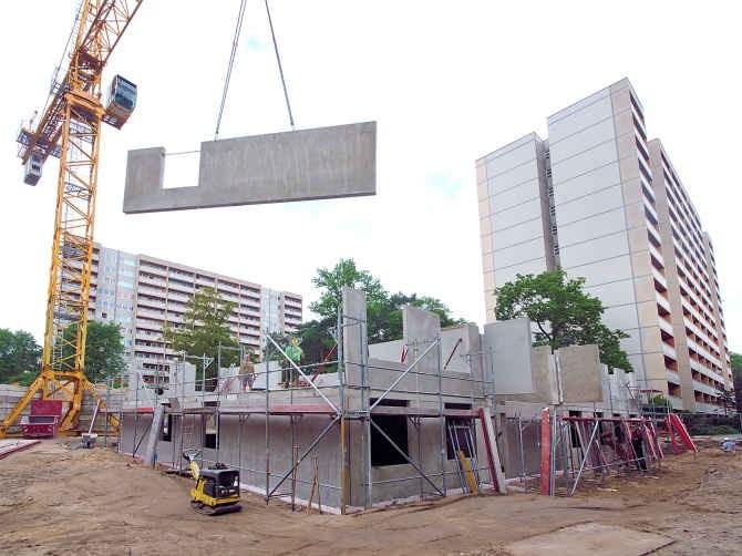 Eine Baustelle in der Neubauerstraße. Es wird gerade eine Wand gebaut.