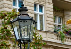 Laterne und Mehrfamilienhaus in Charlottenburg