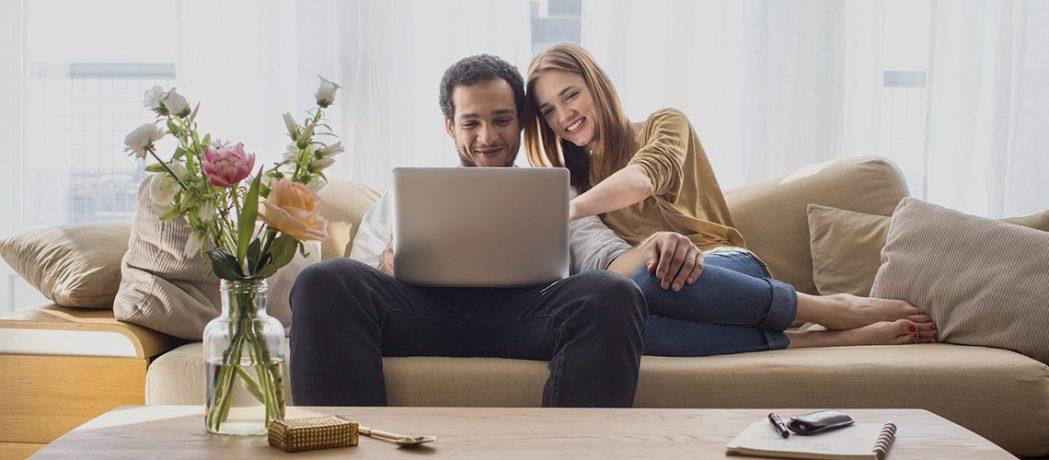 Paar schaut Mietangebote auf Laptop an