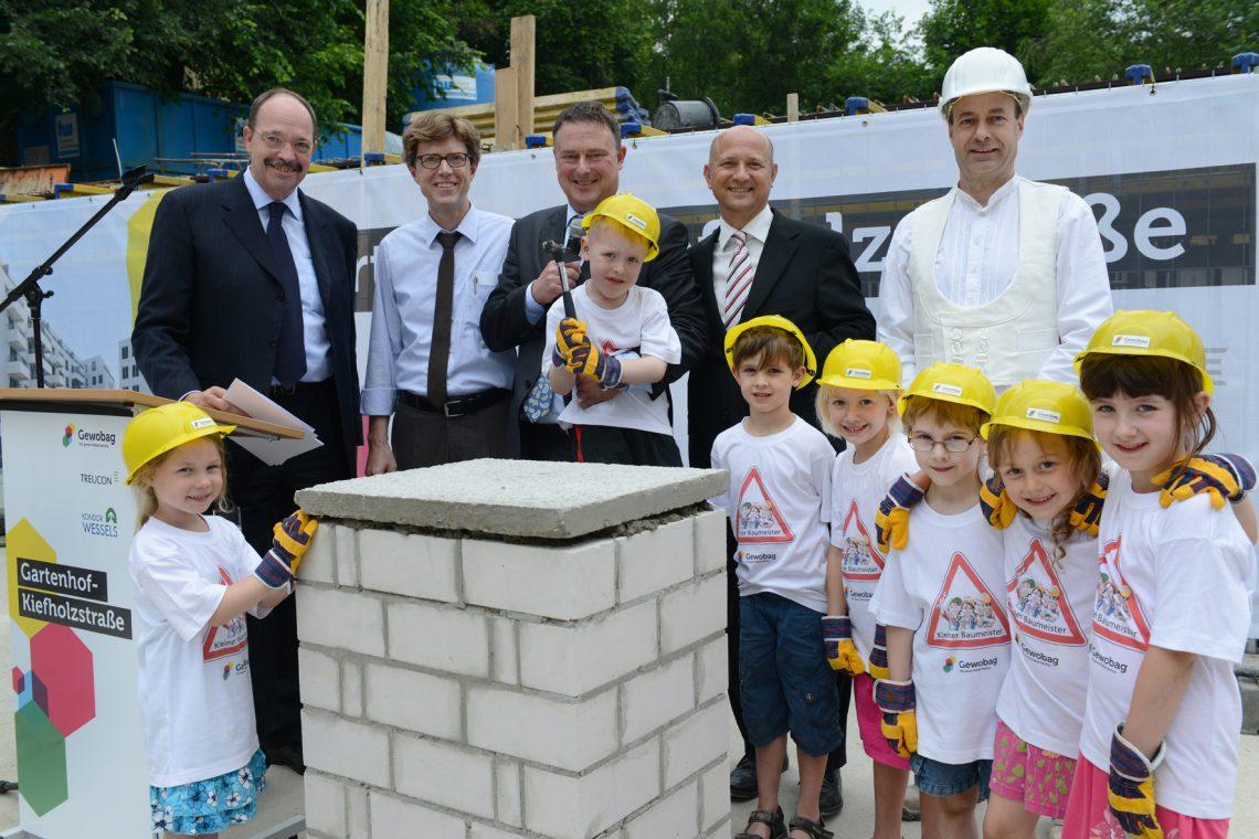 Grundsteinlegung  Kiefholzstraße beim Tag der kleinen Baumeister