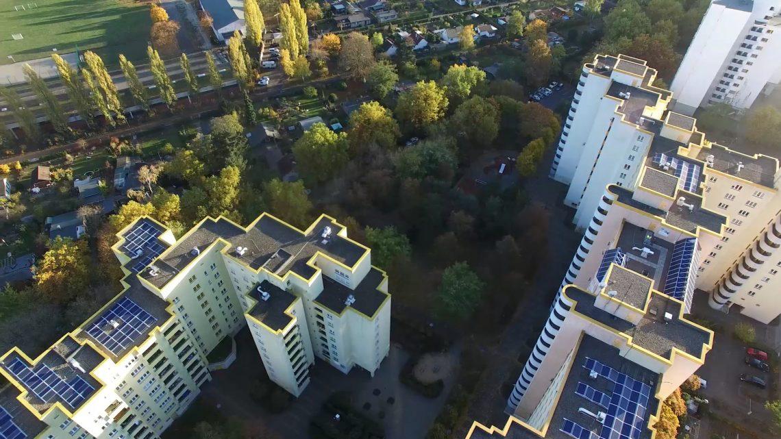 Foto von Photovoltaik und Windrail-Anlagen auf Dächen von Wohnblocks