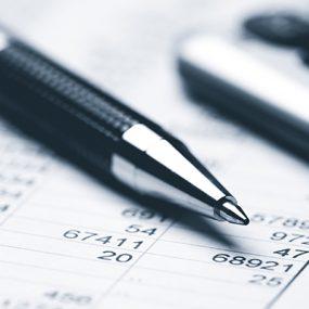 Kugelschreiber liegt auf Tabelle mit Zahlen