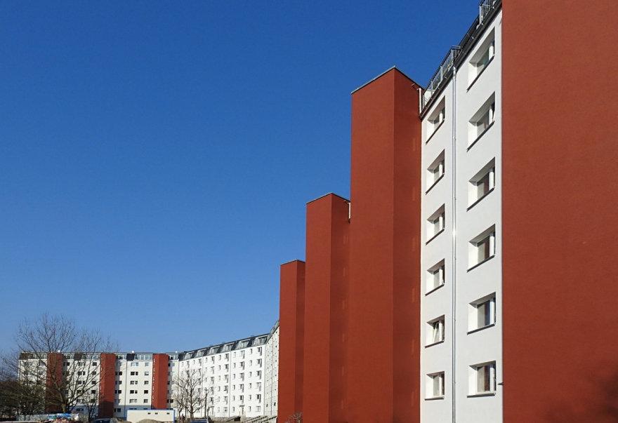 Lange Fassade eines Wohnblocks