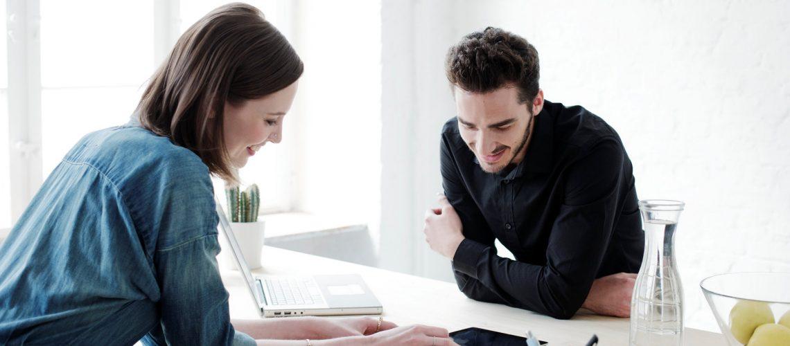 Zwei Personen schauen auf Formulare