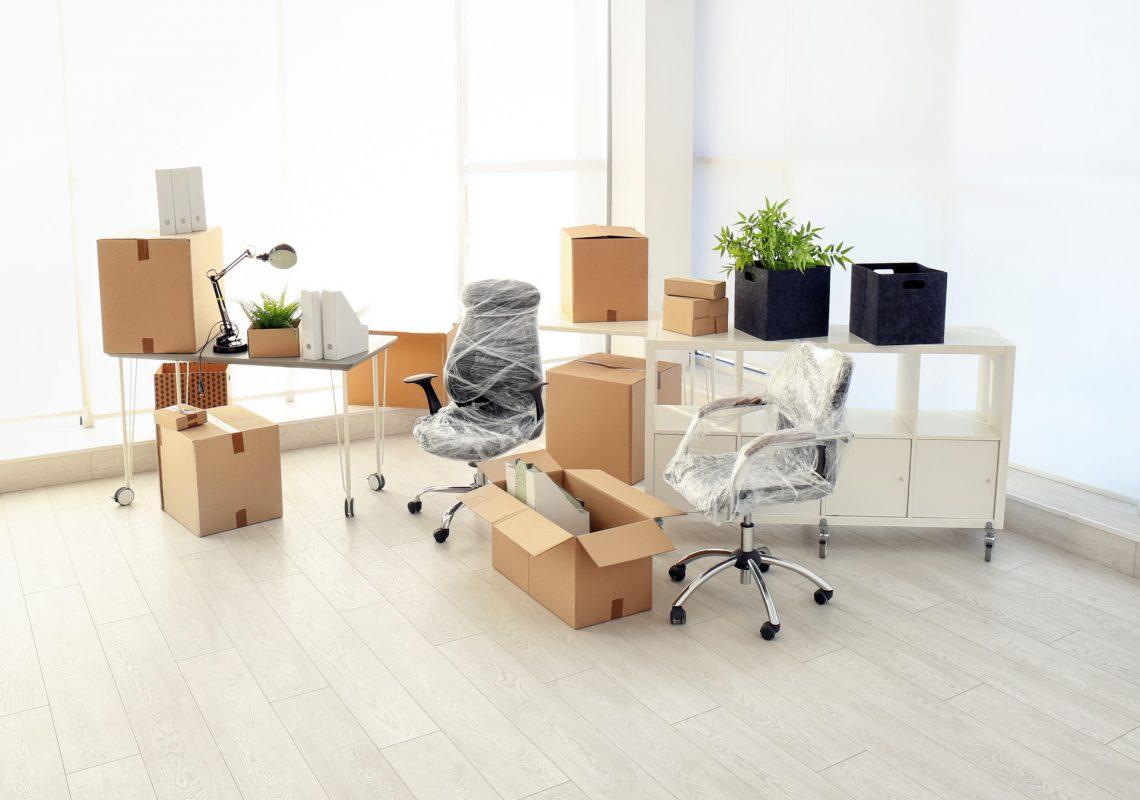 Bürostühle, Tische, Kartons und Regal in Gewerbeimmobilie