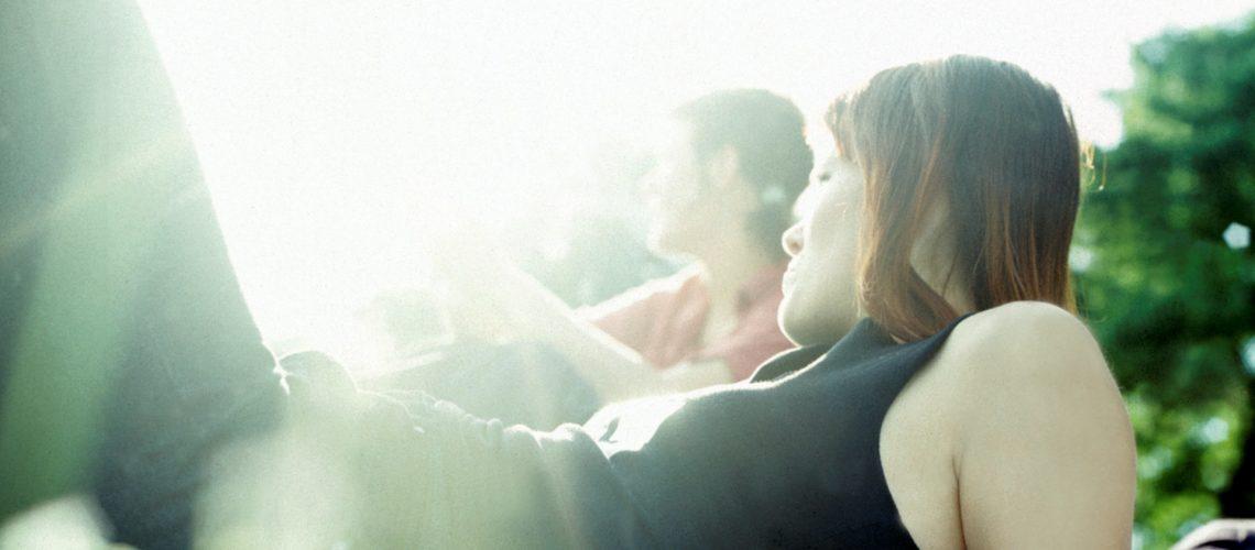 Studenten entspannen im Sonnenschein