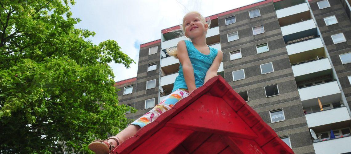 Glückliches Kind durch Mieterprojekte der Gewobag