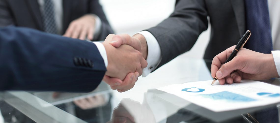 Handschlag bei Vertrag nach Ausschreibung
