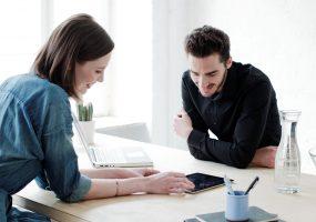Paar schaut sich Formulare vom Service der Gewobag online an