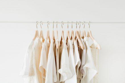 Weiße Hemden auf Kleiderstange