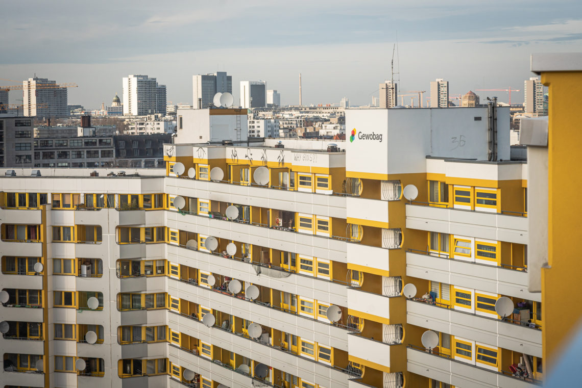 Häuserfassade mit vielen Satellitenschüsseln am Kottbusser Tor in Berlin.