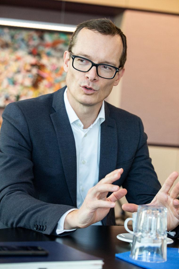 Markus Terboven spricht in seinem Büro über die Ziele & Herausforderungen der Gewobag beim Bau neuer Wohnungen.
