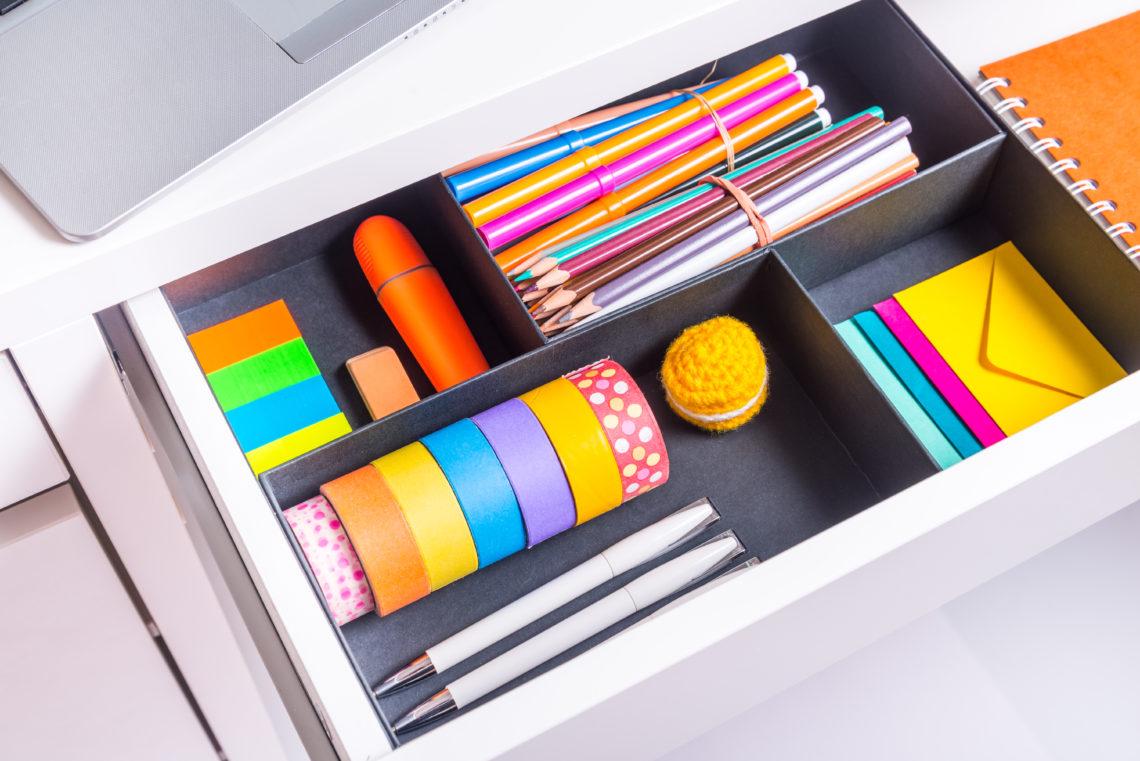 Schublade mit diversen Schreibutensilien.