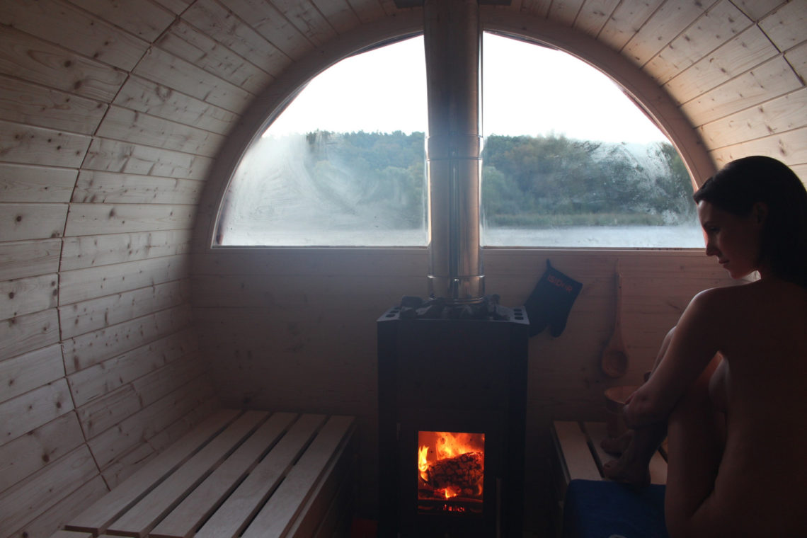 Frau sauniert in einem Saunaboot.