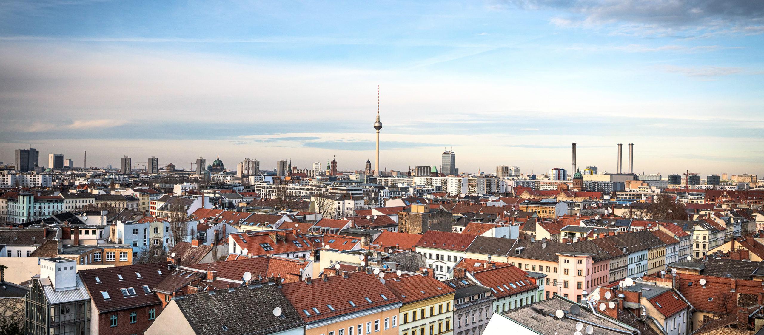 Headernild von sowohntberlin üder den Dächern von Berlin mit Fernsehturm