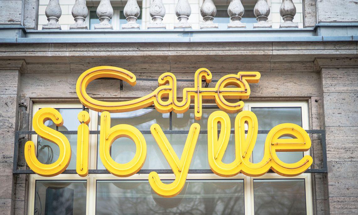 Cafe Sybille Schriftzug an der Karl-Mark-Allee Berlin.