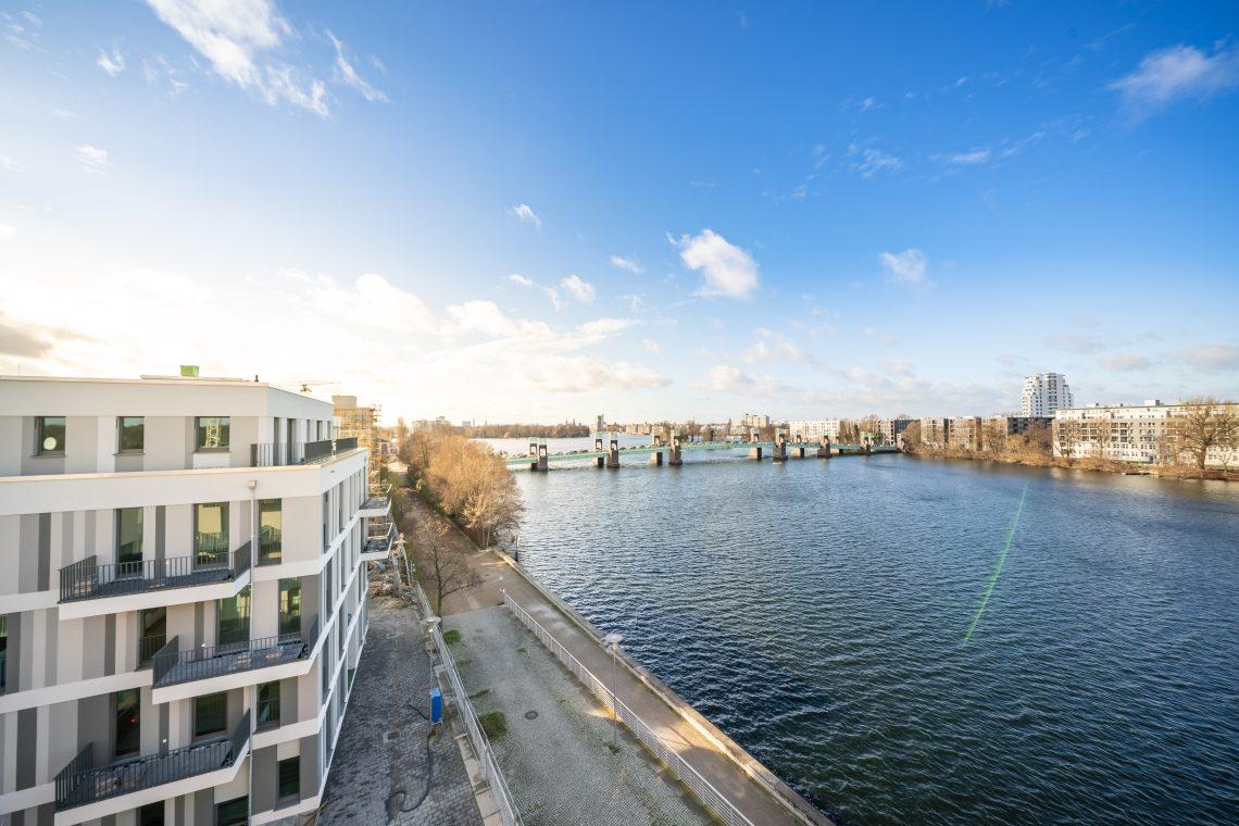 Blick von der Brücke auf das Bauprojekt WATERKANT Berlin am Havelufer