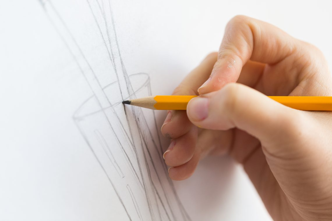 Bleistift skizziert eine geometrische Form.