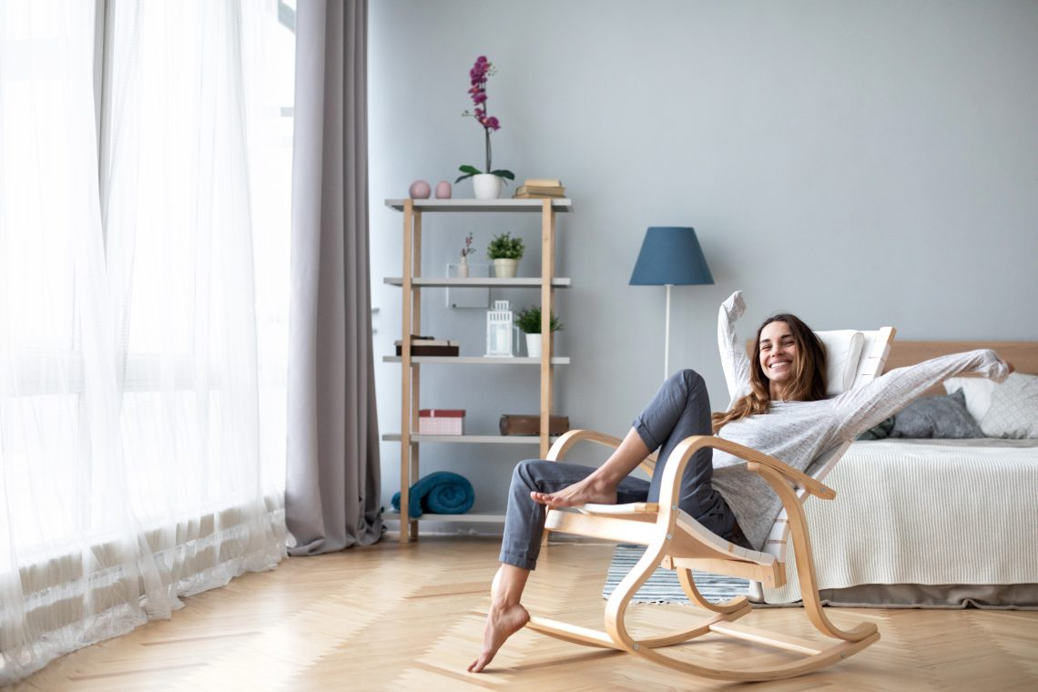 Eine Frau sitzt im Schaukelstuhl.
