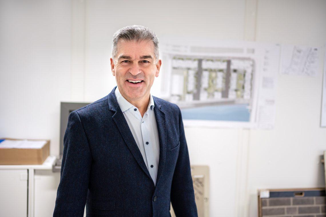 Peter Ehrlich im Büro der Bauleitung