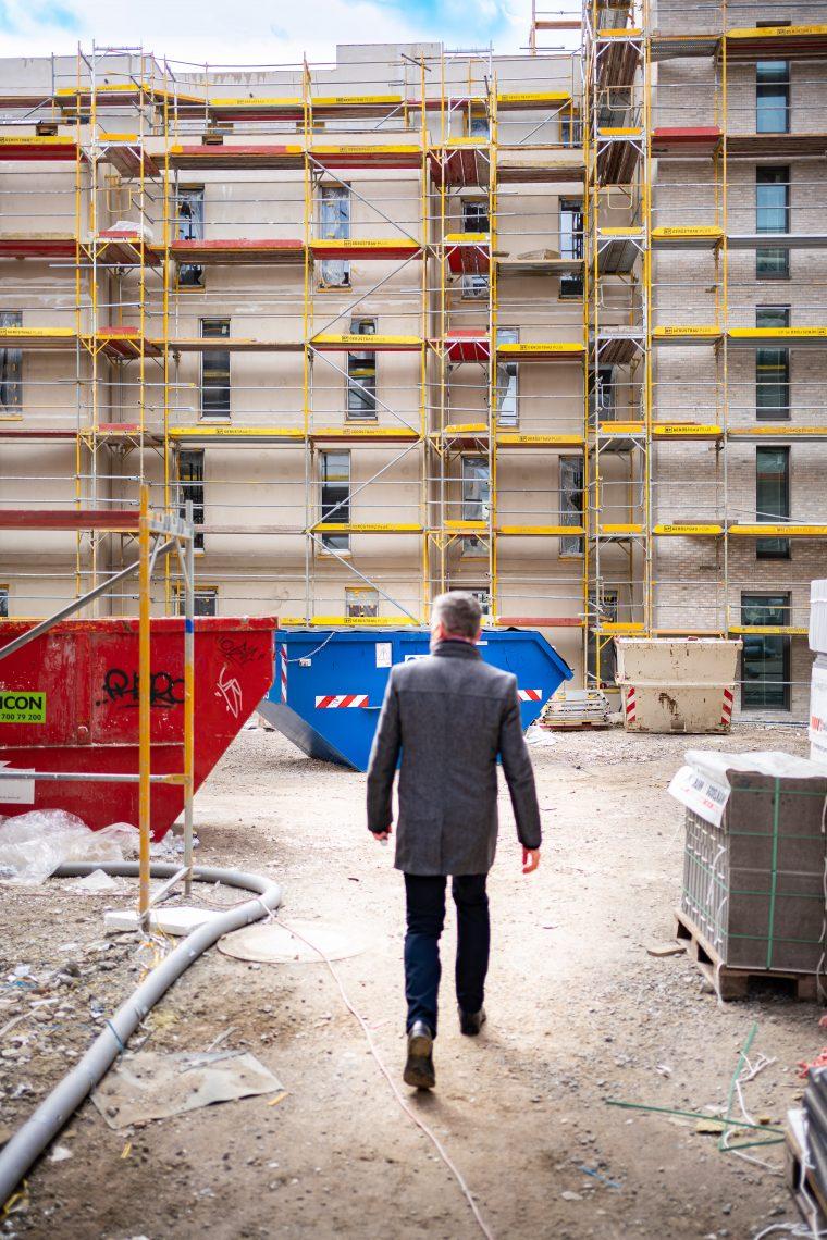 Peter Ehrlich beim Rundgang über die Baustelle