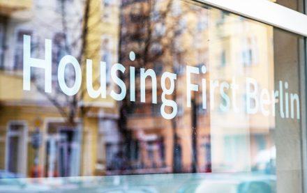 Fenster mit Schriftzug vom Partner Housing First Berlin