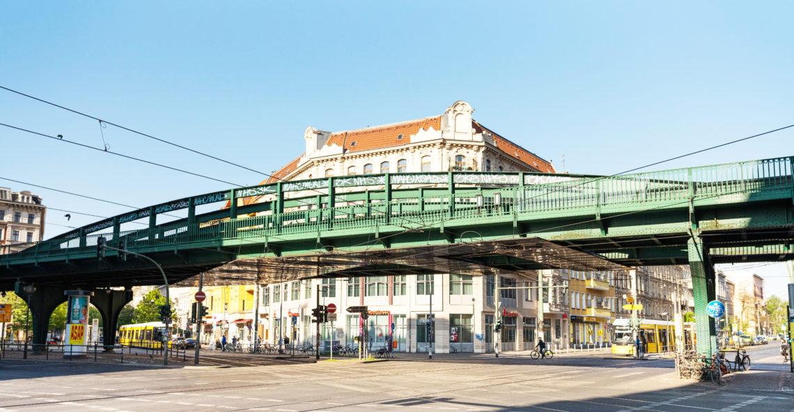 Eckhaus und U-Bahn-Brücke an der Eberswalderstraße bei der Ecke Schönhauser.