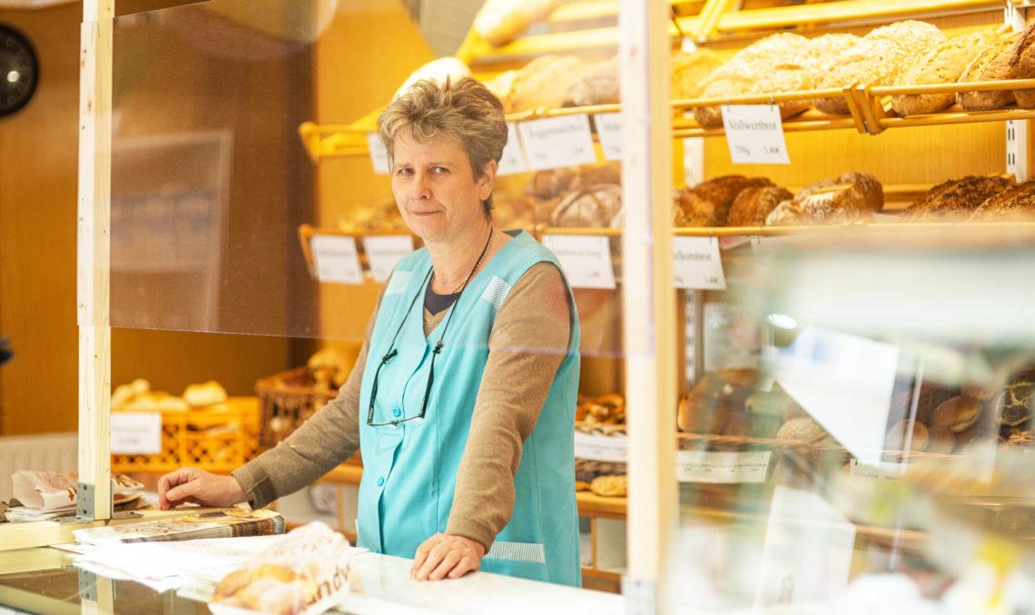 Verkäuferin an der Theke in der Bäckerei Rajemann an der Ecke Schönhauser.